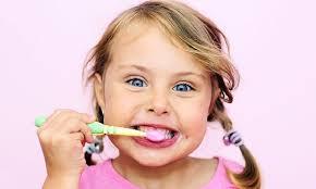 alt+niña cepillandose los dientes