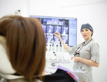 alt+cáncer oral dra. balboa con paciente
