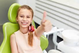 alt+Dentista Infantil en Murcia niña en sillon contenta