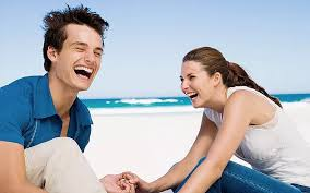alt+pareja sonriendo en la playa
